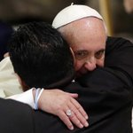 Diego Armando Maradona cuando saludaba al Papa Francisco en el Aula Pablo VI en el Vaticano #PartidoPorLaPaz http://t.co/tyF6gccH2i