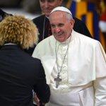 """(En imágenes) Papa Francisco recibe al """"Pibe"""" en el Vaticano http://t.co/D08wb7wIB7 http://t.co/1S9CyFFeCD"""