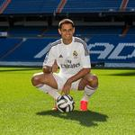 RT @Adrenalina_Exc: 'Chicharito' posa vestido de blanco en el césped del Bernabéu. http://t.co/LaSTRgJ7Bl http://t.co/wuXrIrPNDa