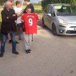 Los fanáticos ya esperan en Carrington con la número 9 de Falcao http://t.co/ljmZZfj0H5 [Vía @OneLoveTo_MU]