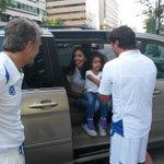 #CopaCA | El DT de #ElSalvador, Albert Roca, recibe la visita de su hija Dana Roca (Foto: Á. Peña) http://t.co/kDBVOXJ0Yb