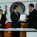 RT @osoriochong: Por instrucción del Presidente @EPN hice entrega del Segundo Informe de Gobierno. http://t.co/qlouYcxu6C
