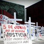 Ciudadanos se manifiestan en San Lázaro por temas no mencionados en el #SegundoInforme http://t.co/0R0IwBESIJ http://t.co/gag3kUvHXC