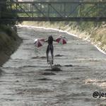 """via @Twisteradicto: mujer guinda!! en el rio Guaire"""" #Caracas http://t.co/AD2p0HsM22 // JIG-SAW QUE COMIENCE EL JUEGO !!"""" #Caracas"""