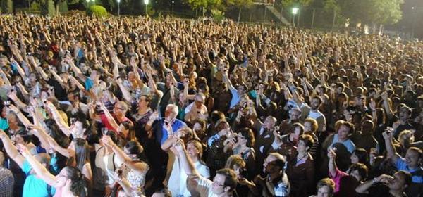 Con 1.000 parejas, @AytoValdepenas supera a Tokio y bate el récord mundial de brindis con vino http://t.co/aihBM7PLIC http://t.co/Z9B0L2C7uQ