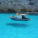 RT @VoceNaoSabiaQ: A água em One House Bay na Grécia é tão cristalina que os barcos parecem flutuar no ar - http://t.co/kEnp7sNahe