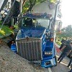 HOY: Colapsó porción de pavimento en el Ponce ByPass, provocando que camión se hundiera. Foto por @ColnEnid. http://t.co/wmzMoXoOVC