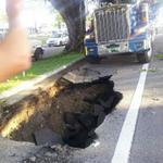 """RT @LaPerlaPR: @ColnEnid: """"Así quedó el pavimento luego que removieron el camión"""" http://t.co/1E4G68QIzk"""