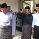 #MH17: Sgor MB @Khalid_Ibrahim attends prayers for Capt Wan Amran at the Sultan Salahuddin Abdul Aziz Shah mosque http://t.co/JOAecbS87g