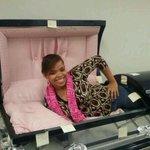 RT @LucasDLaRosa: Cuando te mueres y llega el amor de tu vida al sepelio. http://t.co/GHMtUweaO0