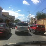 *VIALIDAD* doble fila mediodía tráfico horrible Col Nicolas Bravo #Saltillo 14:00 Vía @kikeviabe http://t.co/Zy9wYIl4FR