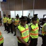 Unos diez #policías custodian audiencia por violación d menor contra Jorge G. V. en Tribunal 10 Penal @eluniversocom http://t.co/Znk1XVlhMb