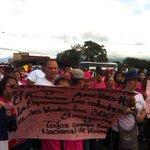 Circunvalación se mantiene cerradas. En la Rotonda de la Bandera protesta grupo pro vivienda de Purral. @adnfm http://t.co/wcOW31sS71