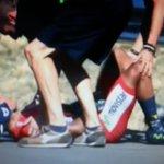 Dura caída de Quintana que no se levanta #lavuelta #lavueltaxespn http://t.co/g0TuFbBrTw