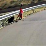 Nairo Quintana se cayó en la etapa de la Vuelta a España. Tremenda caída! http://t.co/lnwpBD1dAy
