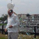 """#Sorpresa: Con baldado de papel confeti, el alcalde Guerrero cumplió reto del """"baldado de agua fría"""" y donó USD$100. http://t.co/CLIm1Lk4k1"""