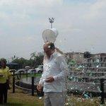 Alcalde aceptó reto del #IceBucketChallenge pero utilizó confeti con objetivo de preservar medio ambiente Donó U$100 http://t.co/EvZILRZamV