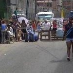 RT @SinCensuraVzla: Refugiados protestaron en el sector Ruiz Pineda de la parroquia Caricuao http://t.co/jgf9ishlKe http://t.co/lbdOuZh7CJ vía: @ElUniversal
