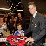 Fernando @Torres is at #CasaMilans Milan Store to meet the red&black fans and sign autographs! #welcomeTorres http://t.co/bCNzzpmRVP