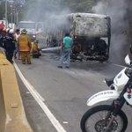 RT @traffiCARACAS: via @VzlaYaVaSrLibre: @trafficVZLA cola #Caracas #Vzla los Teques unidad colectiva quemada http://t.co/UkD5aXuUUn #PrioridadTránsito