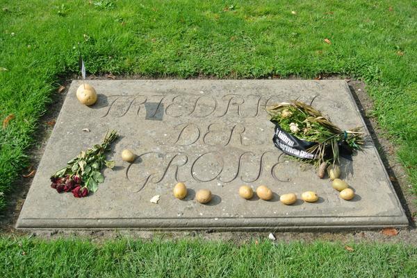 ドイツにじゃがいも栽培をひろげたフリードリヒ王。  ポツダム宮殿のお墓を訪れますとじゃがいもが供えられていました。 http://t.co/DdlLxtcJb9