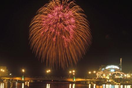大地の恵み・大海の幸・大空の華をテーマに開催される釧路の一大イベント『釧路大漁どんぱく』 花火大会は9/6(土)午後7時~行われ、目玉の北海道最大の三尺玉は7時40分頃に打ち上げられます。 http://t.co/Oa9CYwWKXk http://t.co/srQijk1Wy0