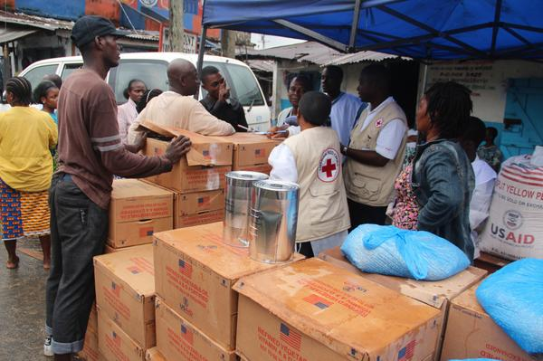 Liberian Red Cross distributes food aid from @USAID to people quarantined in West Point, Monrovia #Ebola @theOFDA http://t.co/sTRDZxIl91
