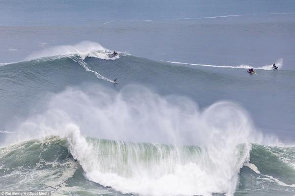 "WOW! RT @HaidaPrincess ""@DailyMailPics: #Surfers take on 100ft waves off #Portugal : http://t.co/dtSXDLwk6a"" http://t.co/F6cjoPmN4n"