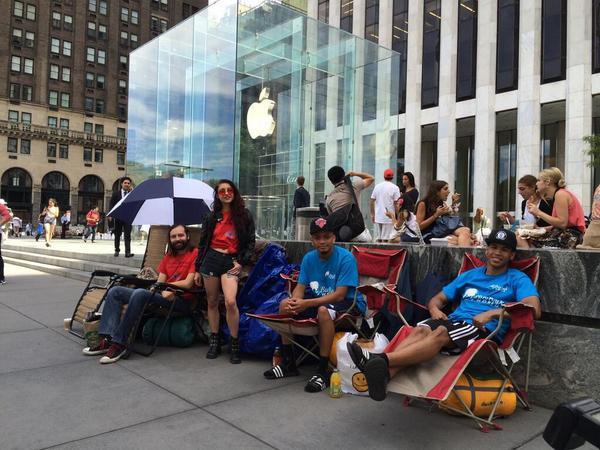 La file d'attente pour l'iPhone 6 a déjà commencé à NYC ! http://t.co/SyV2qsEIxZ http://t.co/qorARRmsvQ