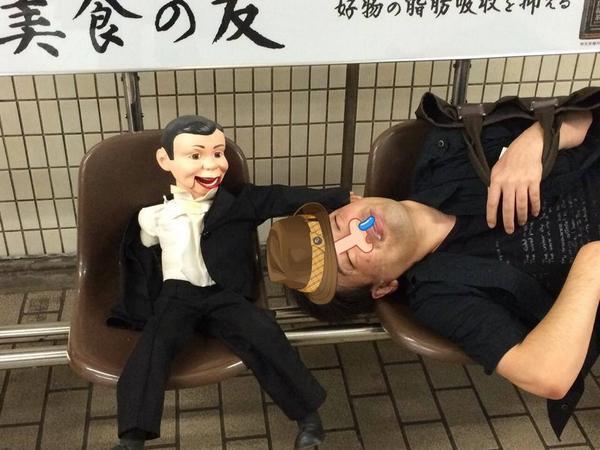 先週30日土曜、大阪千日前にある秘密倶楽部アニマアニムスというBARの店内備品である腹話術の人形が何者かによって盗まれました。 手掛りはこの写真になります。何か知ってる方は是非ご連絡ください。  人形、大切なメンバーデス。 http://t.co/ONa8IrV6Cu