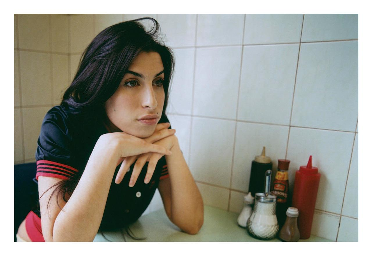 The late Amy Winehouse photographed in London in 2004 http://t.co/PIciGT8WOX
