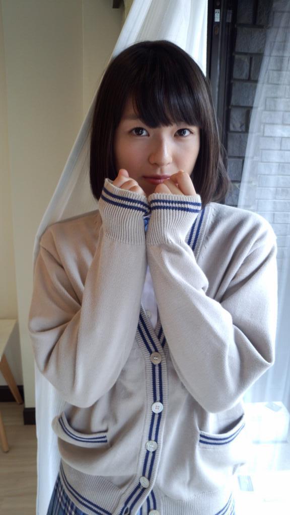 昨日発売のChu→Boh63の青山裕企撮影「告白できるかな。」には吉川日菜子ちゃんが登場!萌え袖史上最高に可愛いであろうオフショットがこちらです(*´∀`*)ノ(編集1号) http://t.co/ejUIxApLvE