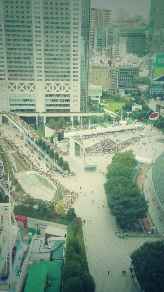 そう、今日からだ。RT 東京ドームではSMAPのコンサートがあるらしい…ちなみに開演が18時… グッズを買うのに並んでるファンの列↓ http://t.co/uKAzn2DrZq