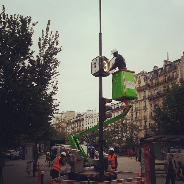 Incroyable : l'horloge de la place Ménilmontant va être à l'heure. . http://t.co/twXXJPQXcW