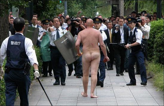 「ワシの下半身で代々木公園のデング熱を沈めたるわー!」と全裸中年男性は警察の制止を振りきって突進するのであった。 http://t.co/z2UDDY50xH