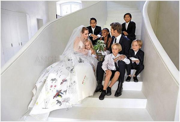 ついに結婚式を挙げたアンジェリーナ・ジョリーとブラッド・ピット。南フランスのシャトー・ミラヴァルで挙げた結婚式の模様が公開されました!アンジーのウェディングドレスが可愛すぎます!http://t.co/q6KAhyac83 http://t.co/Ctge7WM1CH