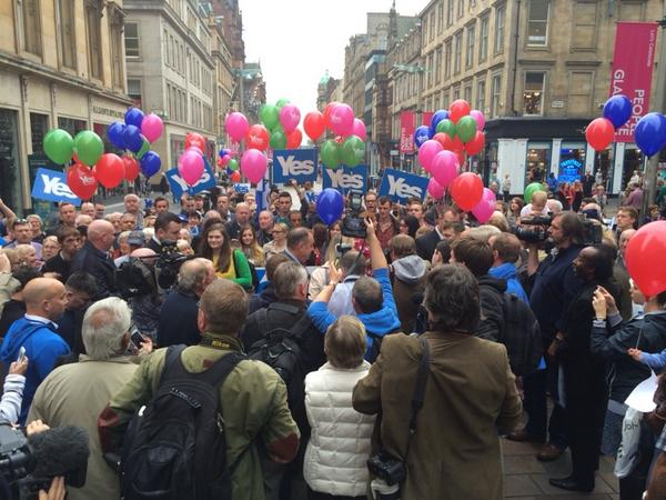 @AlexSalmond is in there somewhere. Mobbed by @YesScotland campaigners #indyref http://t.co/OmT9beepto