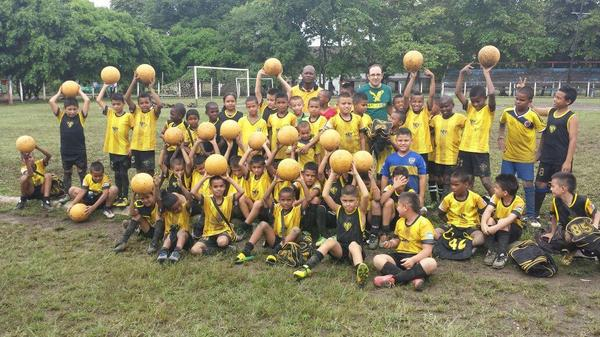 Con los niños de Chigorodó de la escuela de fútbol de @la25fc con balones donados por #OneWorldFutbolProject http://t.co/eh8Mrk47yU