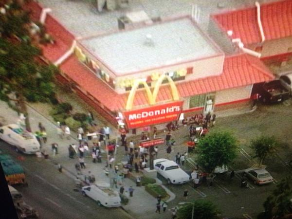 Fast food workers want mo $, this is a look at the protest, details w @lynetteromero http://t.co/Ey0gkBFRBu