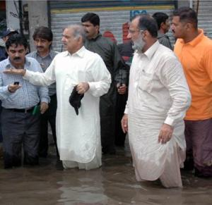 Every year CM Punjab wades into flood water amid lots of claps&each year institutions fail.Here is 2008 pic-6 yrs ago http://t.co/zHYqf9SoG8