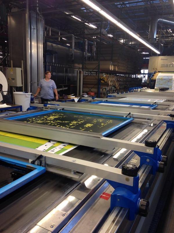 マリメッコの工場見学に行ってきました。ベルトコンベアーで移動する布に、シルクスクリーンで一色ずつプリントされていく様子が楽しい! 12色までプリントできるそう。by @casango35 http://t.co/Yql1ysYwh1