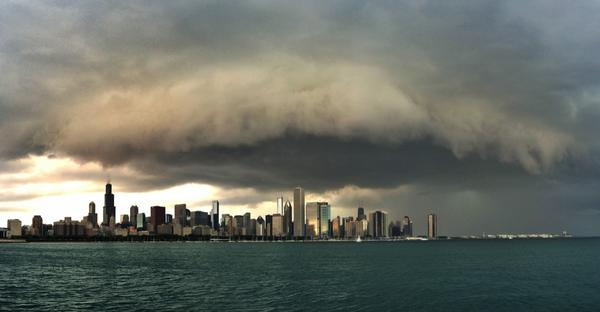 Shelf cloud invading #Chicago. Wow. Got some amazing shots. Stuff off to photos right was insane. @weatherchannel > http://t.co/z8b5rjJOA9