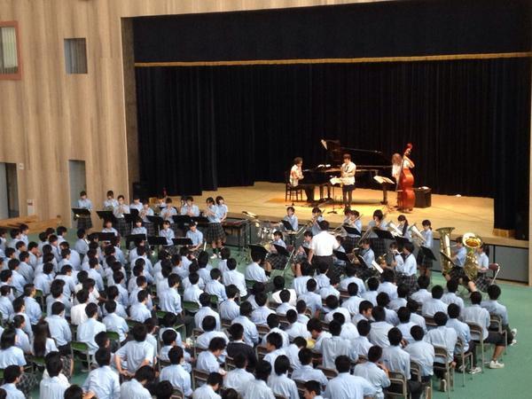 昨日の古川黎明高校での公演 ラストは吹奏楽部とdon't mean a thingと宝島をセッションしたよ 楽しかった〜(≧∇≦) http://t.co/dxQagDoS82