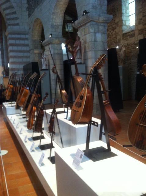 Magnifique exposition de lutherie ancienne et contemporaine à la Collégiale Saint Martin. http://t.co/wuTAI49may