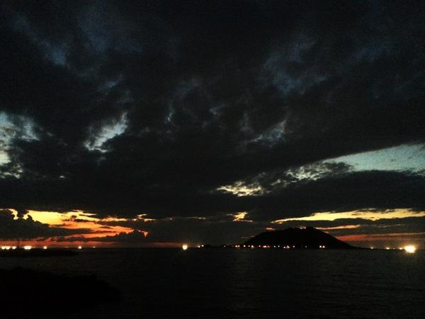 일하다 갑자기 뛰쳐 달려나가 제주의 가을 하늘 사진을 찍었다 http://t.co/DzFSjbdFjq