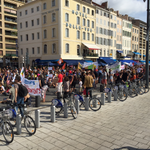 Rythmes scolaires : des parents manifestent devant la mairie à #Marseille http://t.co/qnZBLKESg6 #RythmesScolaires http://t.co/7XPQGpYhVP