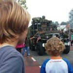 RT @kareldejong: De mannetjes vergapen zich aan de militaire voertuigen #marketgarden2014 http://t.co/qYStZ7tqyh