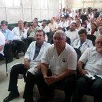 Médicos del hospital Rosales reunidos para informar sobre reunión con gobierno, aún sin acuerdos. Foto M. Flores http://t.co/WzYntIcfnx