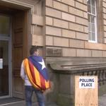 En escocia un ciudadano entra a votar al colegio electoral con la bandera Independentista catalana. #VotoCantado http://t.co/U9d60seQ5Q