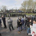 [Panamericana] En medio de incidentes, desalojan un corte de trabajadores de Lear http://t.co/YCVb2IaGDw http://t.co/PYH8SaUxcD